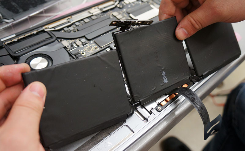 Ištraukiame pilną Macbook Pro A1708 bateriją.