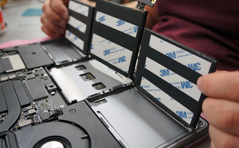 Klijuojame naują A1708 bateriją.
