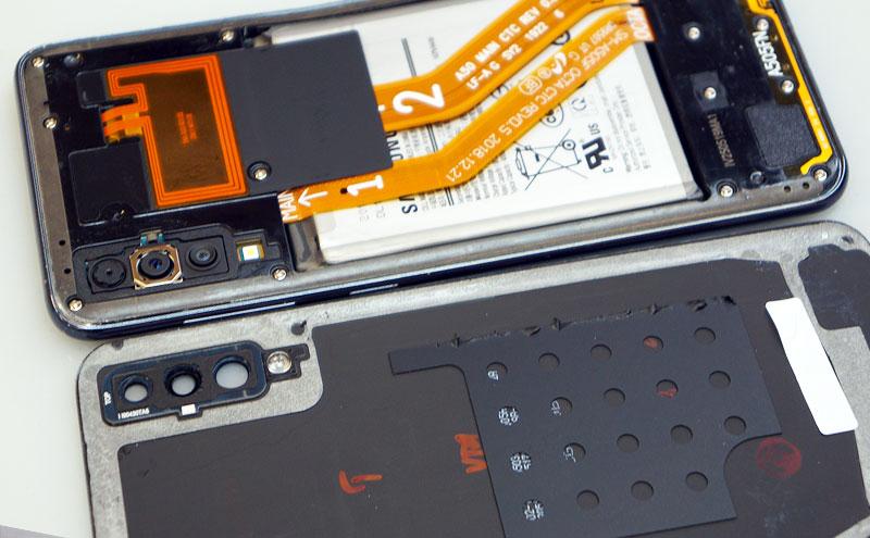 Samsung A50 ekrano keitimas, nuimame nugarėlę.