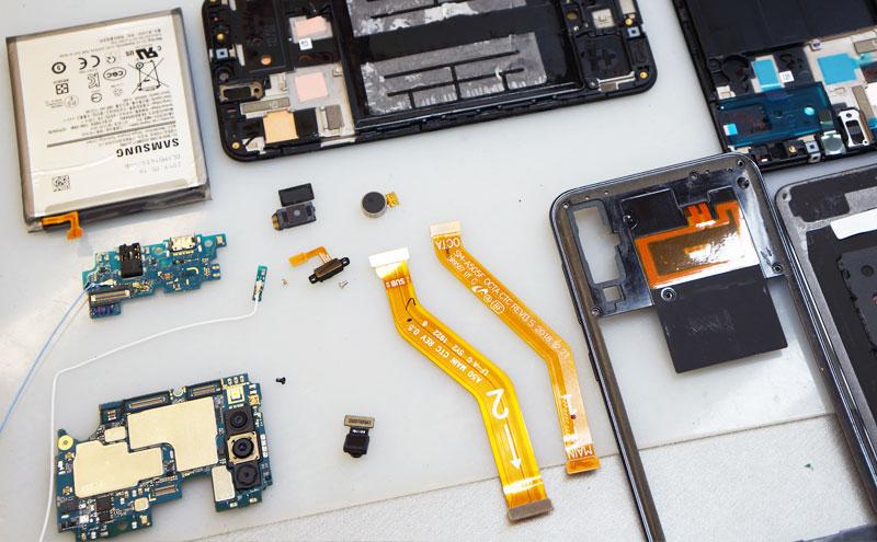 Samsung A50 ekranas, plokštė ir kiti komponentai.