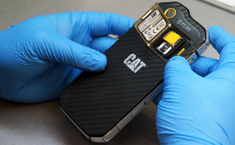 CAT S60 baterijos keitimas prasideda!